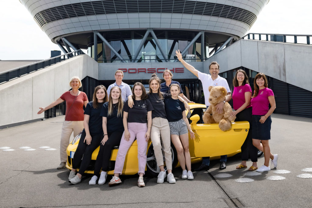 WKK Charity Race 2021 - Christoph Gröner mit dem WKK Team und den Vertretern der unterstützten gemeinnützigen Organisationen