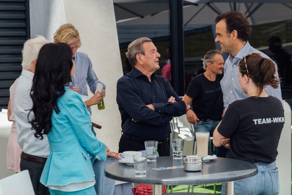 Gerhard Schröder und Kim-Schröder im Gespräch mit Christoph Gröner beim WKK Charity Race 2021